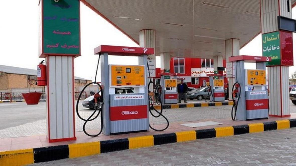 انجام فرآیند سوخت گیری خودروها توسط کارکنان جایگاه سوخت
